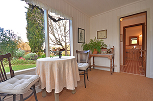 Adelaide Hills Country Cottages - Apple Tree Cottage Logo and Images