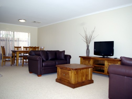 Fairways Bed and Breakfast at Jerilderie Logo and Images