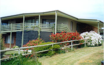 Currawong Holiday Home Logo and Images