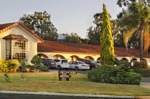 McNevins Warwick Motel & Gunyah Restaurant Image