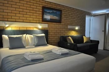 Edgewater Motel Ulladulla Logo and Images