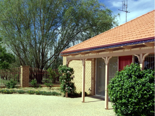 Fairways Bed & Breakfast at Jerilderie Logo and Images