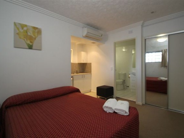 Southern Cross Motel and Serviced Apartments Logo and Images