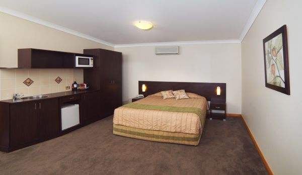 Willows Motel Goulburn Logo and Images