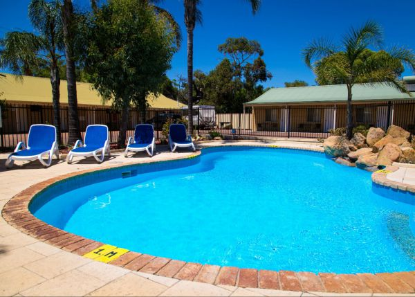 Pinjarra Motel Logo and Images