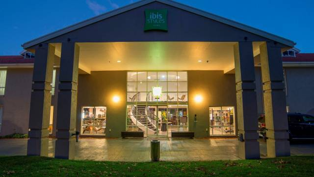 Ibis Styles Canberra Logo and Images