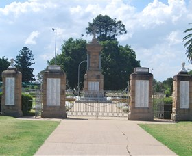 Warwick War Memorial and Gates Image