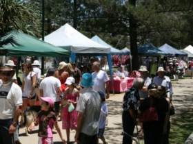 Broadbeach Art and Craft Markets Logo and Images