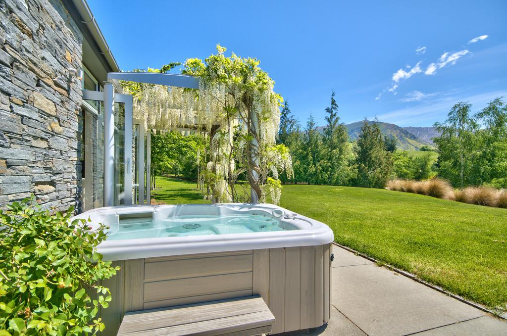 Queenstown Retreat with Hot Tub