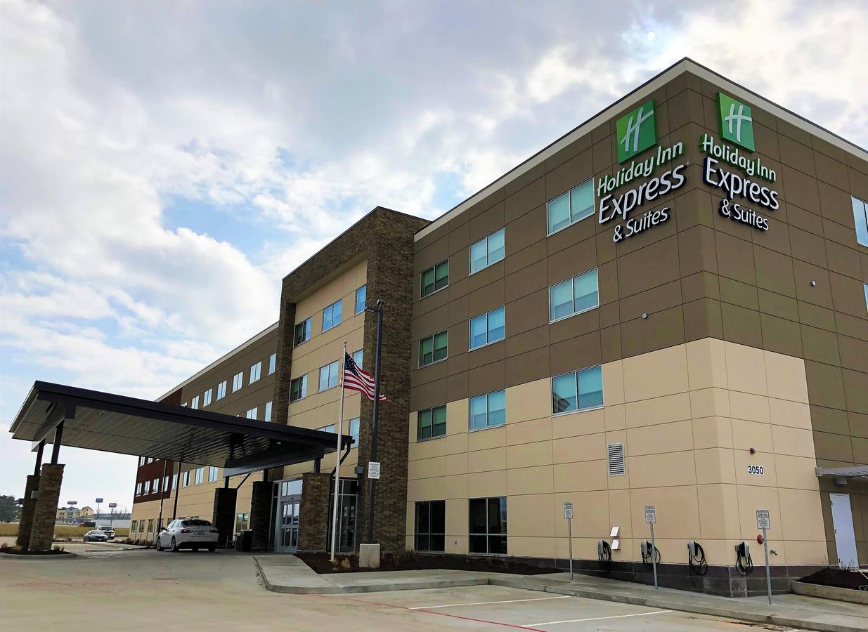 Holiday Inn Express  Suites - Springfield North
