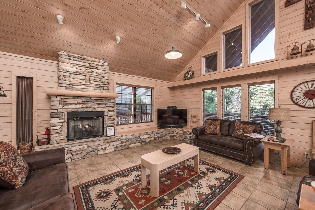 Wine N Pines 2 Bedrooms Sleeps 6 Hot Tub Fireplace Flat Panel TV