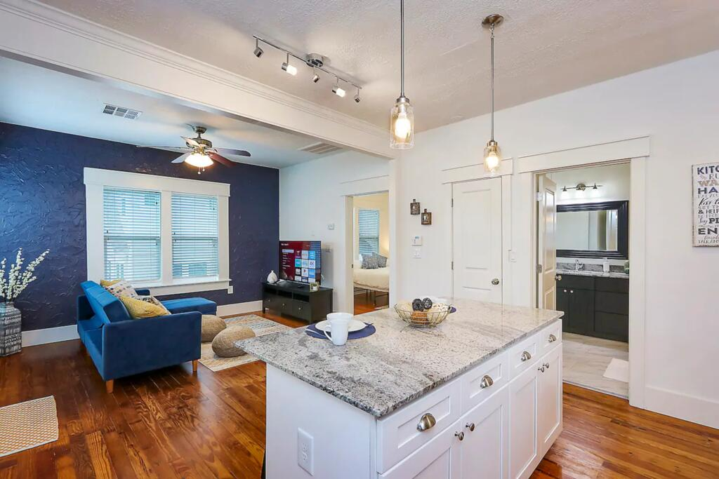 East Downtown Private Restored Historic Apartment