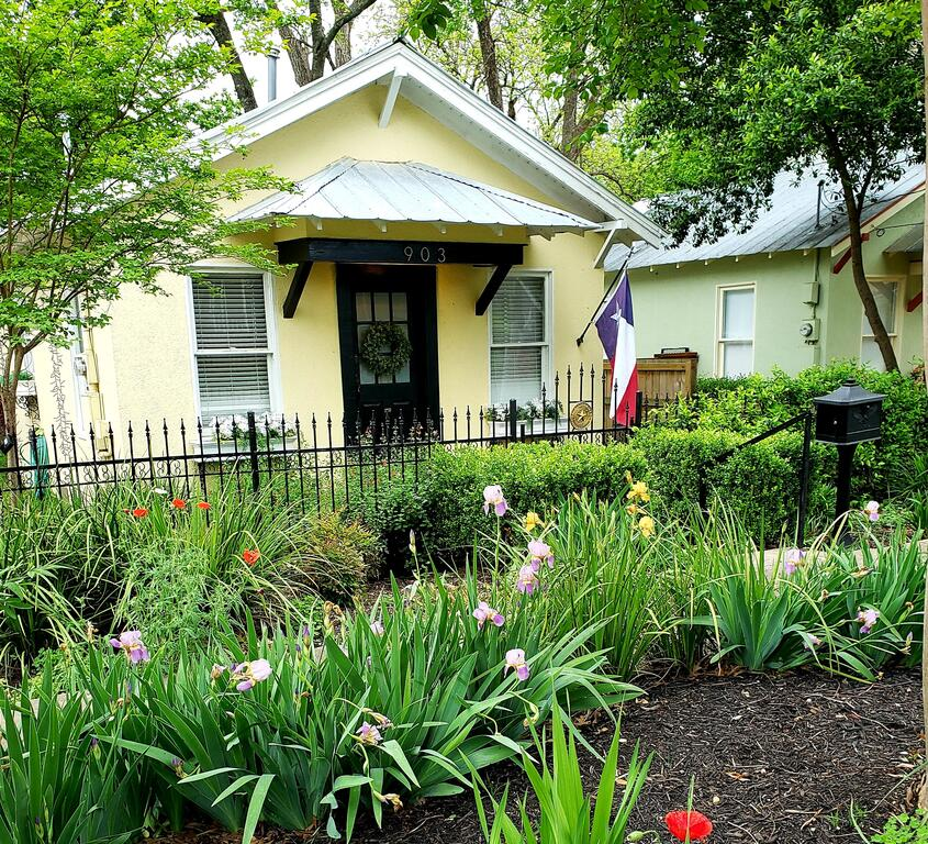 Elm Street Cottage - 2 blocks to Downtown Square