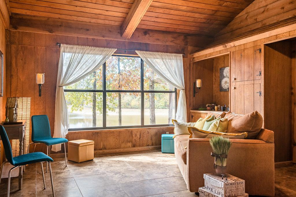 Perryville AR Lakeside Cabin